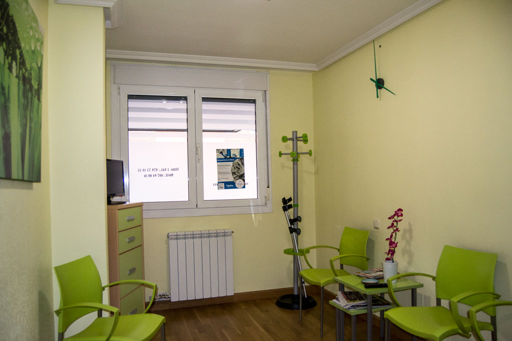 https://clinicamas.es/wp-content/uploads/2016/04/sala-de-espera-clinica-mas.jpg